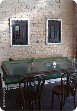 showroom-green-table